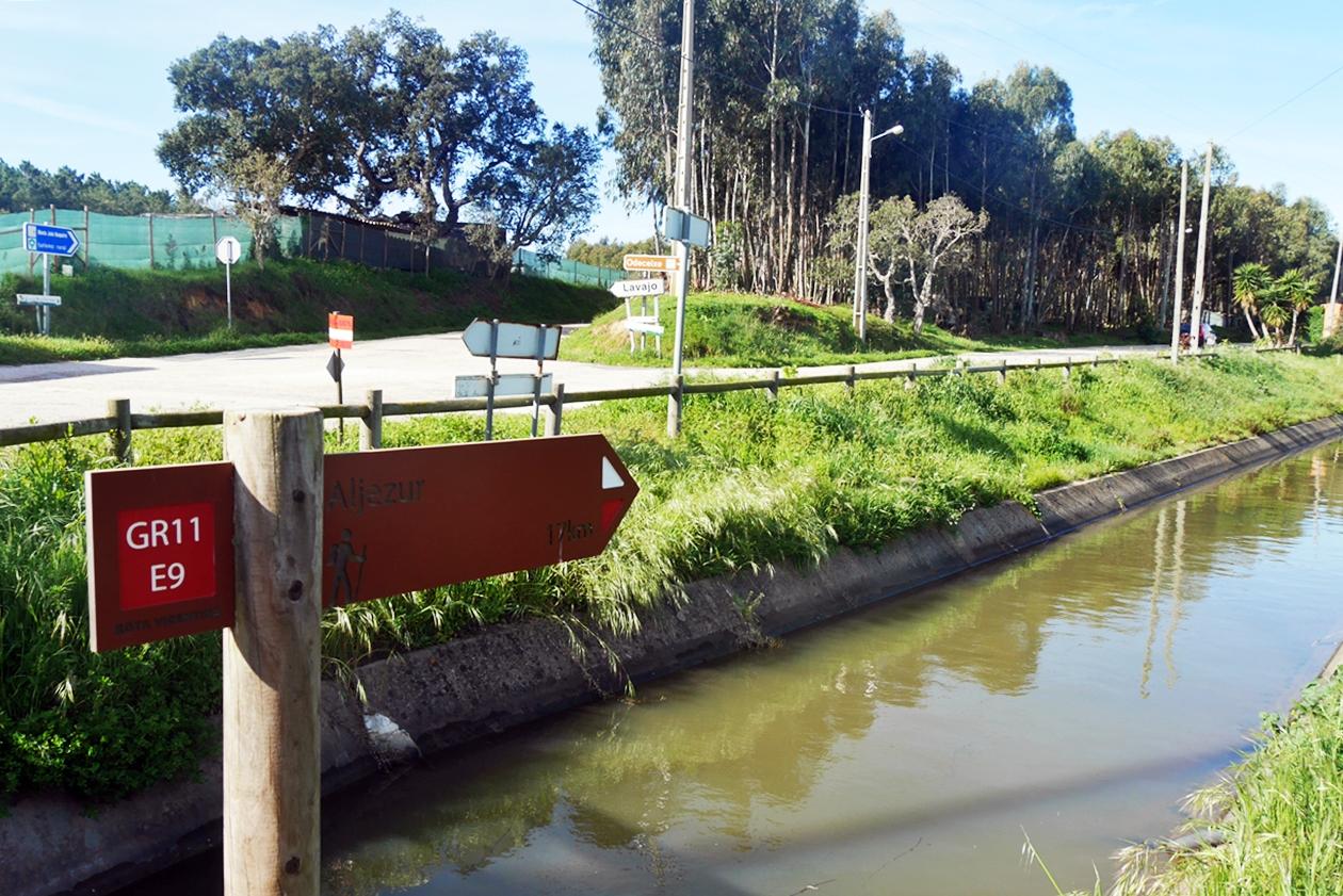 Bewässerungskanal auf der Etappe von Odexeice nach Aljezur auf dem Historical Way