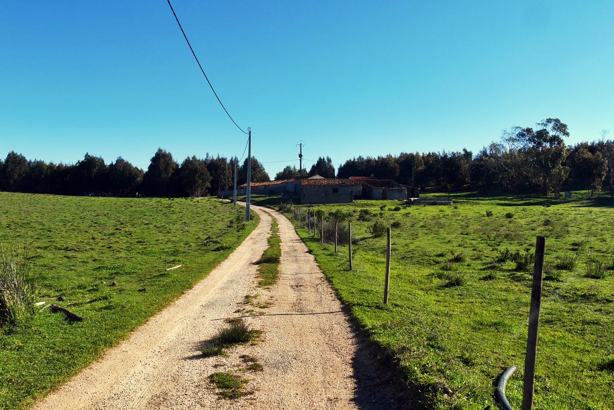 Weg entlang eines alten Bauernhofes