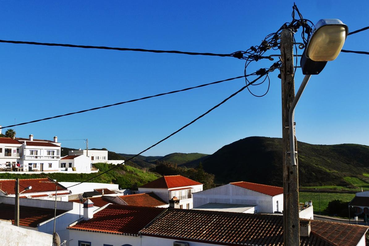 Blick von Dachterrasse über die weißen Häuser von Carrapateira