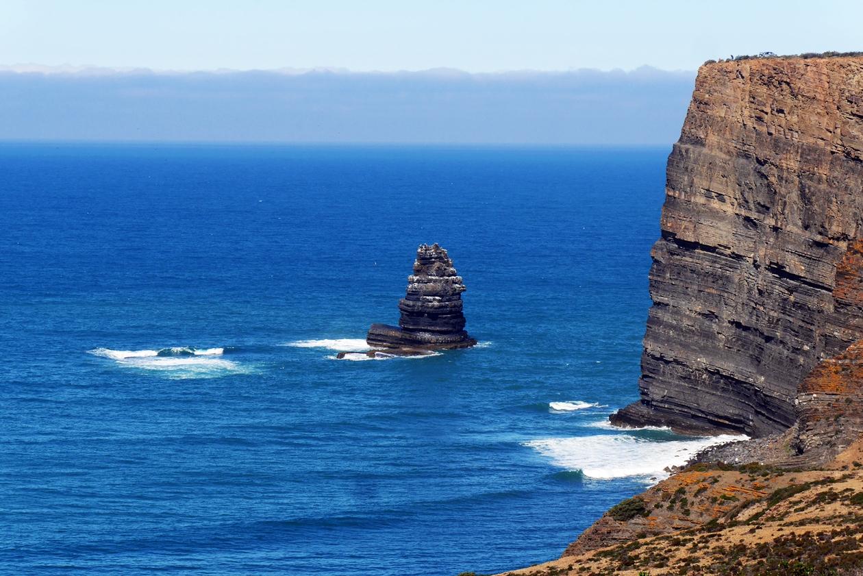Blick auf Felsen im Meer und Steilküste