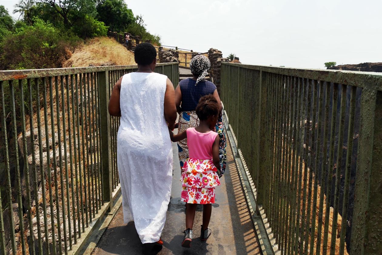 Besucherinnen auf der Brücke bei den Victoria Fällen
