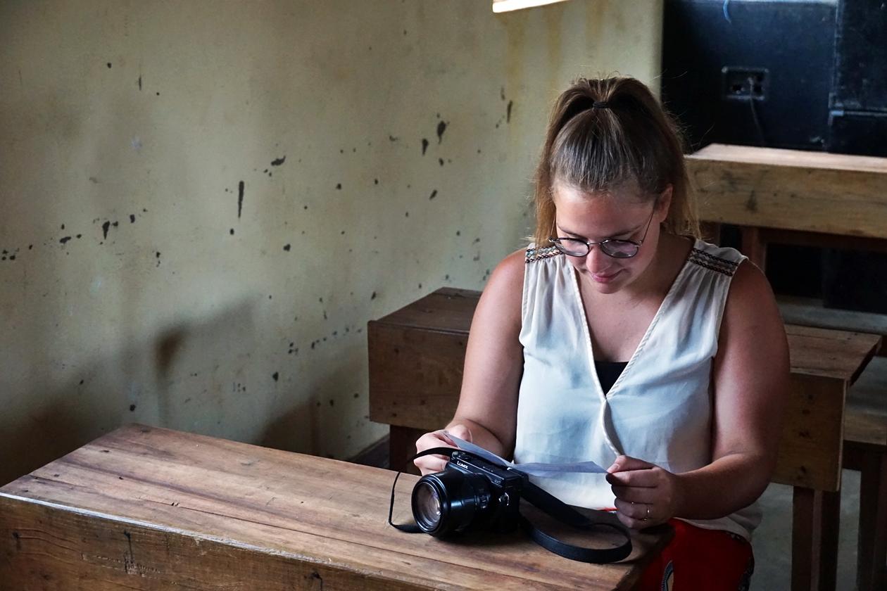 Aufmerksame Schülerin bei der Chichewa Stunde in der Dorfschule