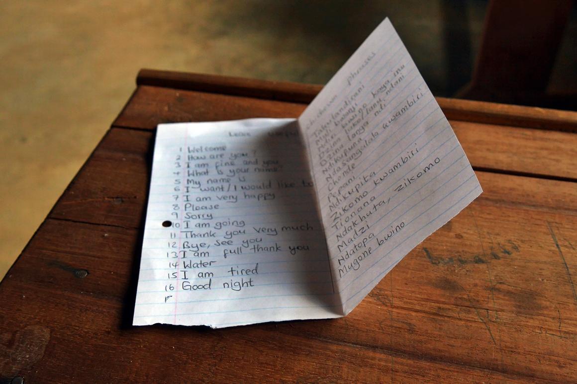 Lernzettel mit Chichewa Vokbalen auf einem Tisch