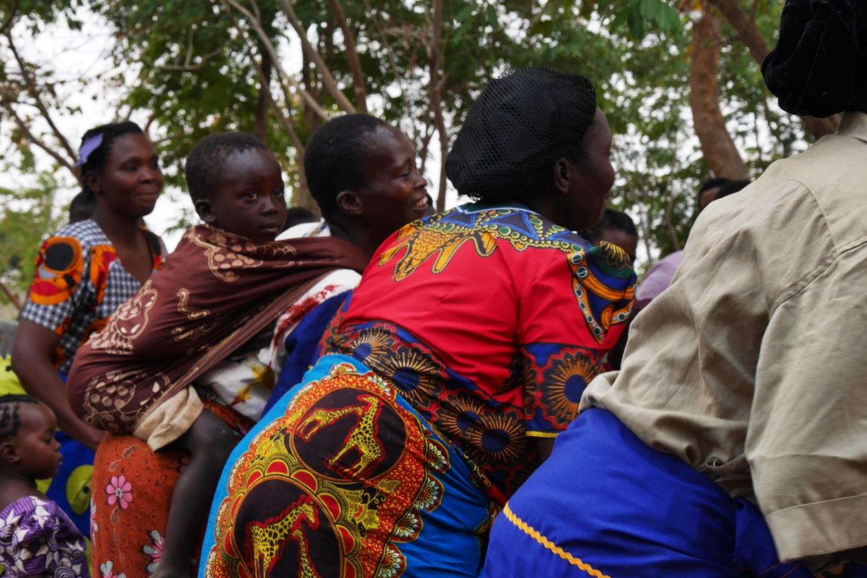 Tanzende Dorfbewohnerinnen im Chingalire Rural Homestay in Malawi