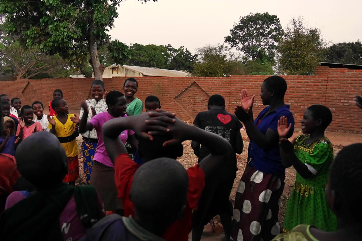 Eine Gruppe von Kindern ist ins Spielen vertieft im Chingalire Rural Homestay