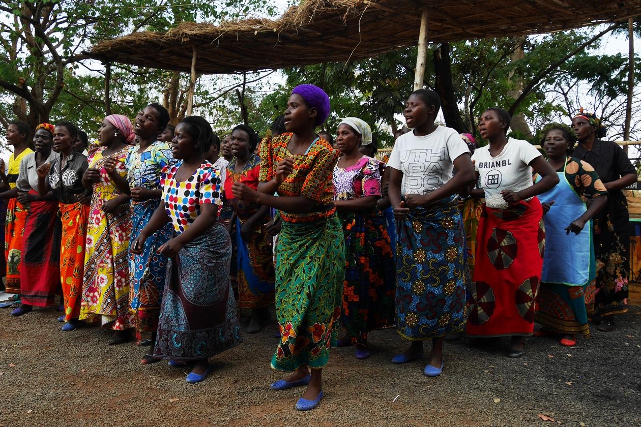 Herzliches Willkommen durch singende Frauen des Dorfes Chingalire in Malawi