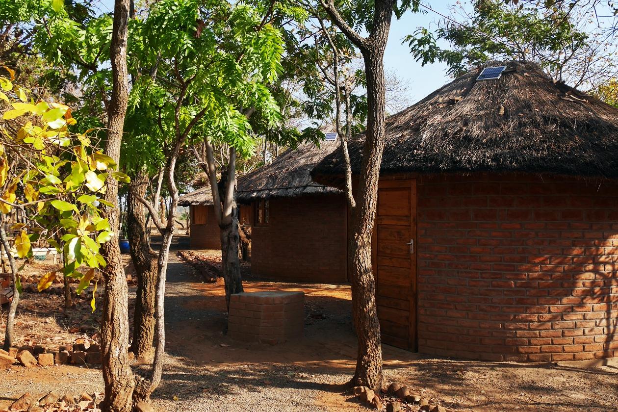 Rundhütten die für Besucher*innen des Chingalire Rural Homestay in Malawi zur Verfügung stehen