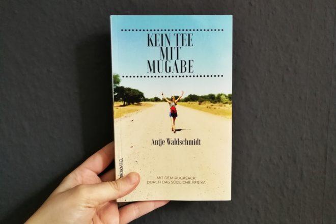 Hand die Cover des Buches Kein Tee mit Mugabe hält
