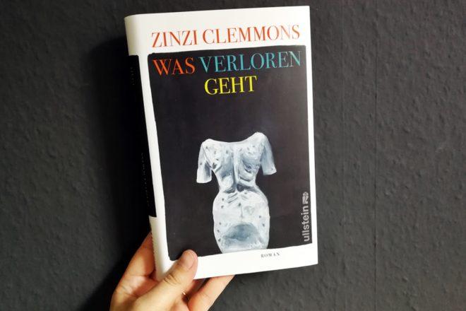 """Hand die das Buch """"Was verloren geht"""" von Zinzi Clemmons hält"""