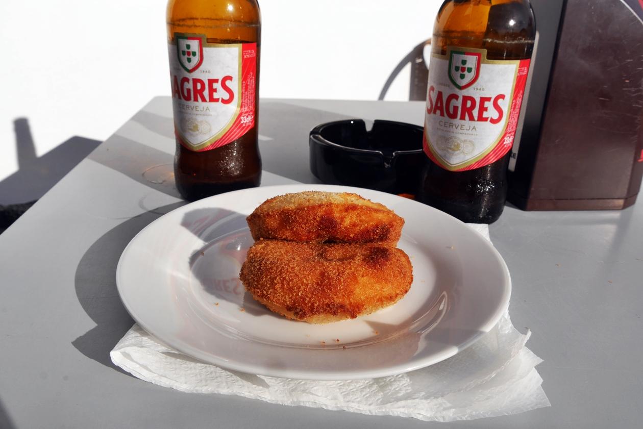 Kroketten und Sagres Bier als Stärkung nach einem langen Wandertag auf dem Historical Way