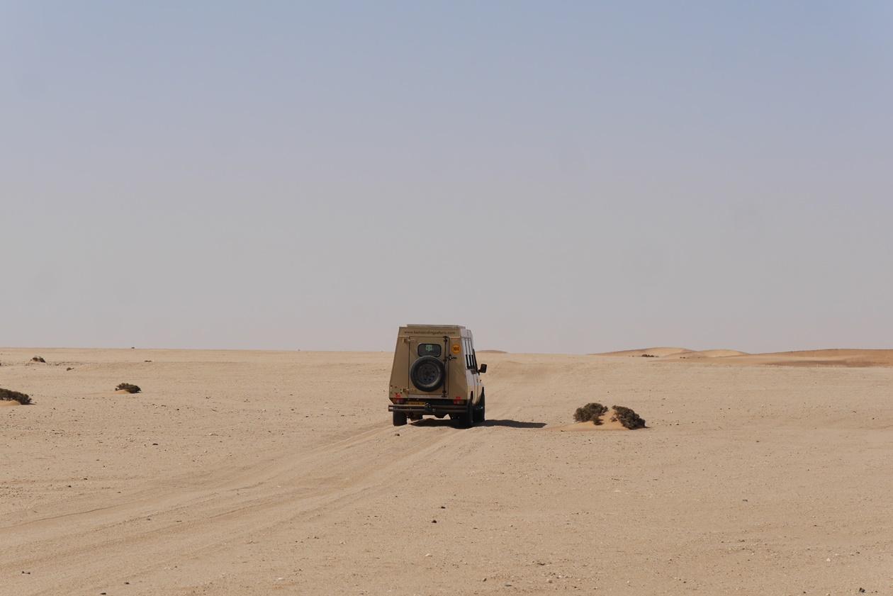 Safarifahrzeug in der Namib Wüste bei Swakopmund