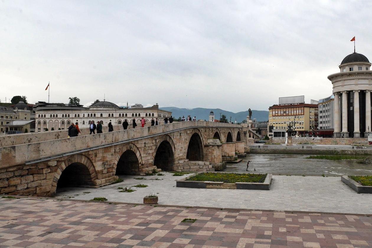 Brücke in Skopje über den Fluss Vardar