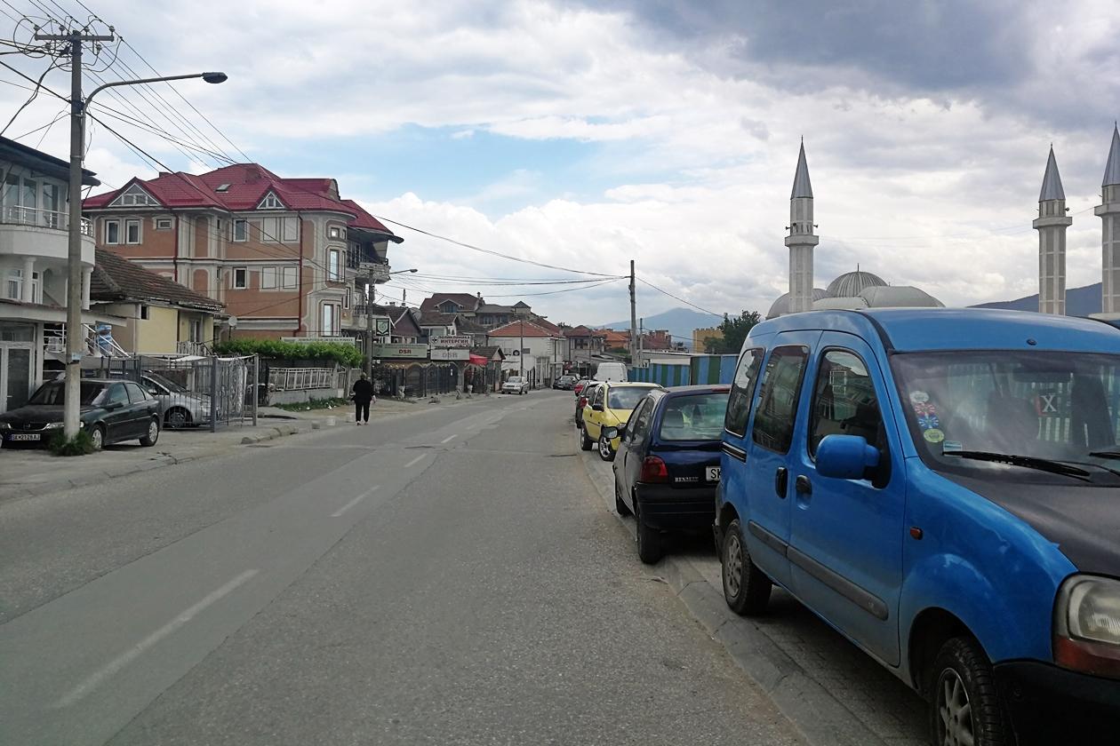 Blick auf die Hauptstraße, die von Skopje nach Shutka führt