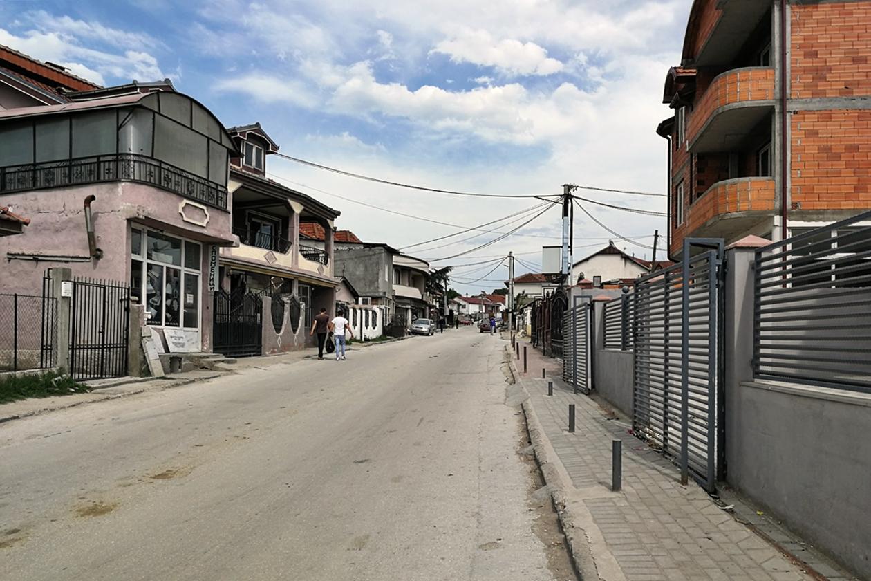 Straßenzug im Stadtteil Shutka, der größten Romasiedlung der Welt