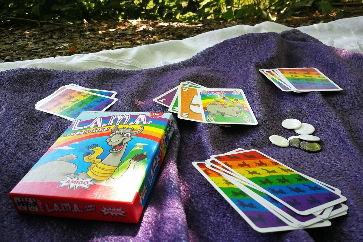 Decke mit dem Kartenspiel Lama im Spielverlauf