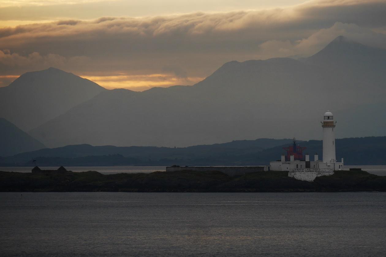 Morgenstimmung mit Blick auf Leuchtturm bei der Überfahrt von Oban zur Insel Mull