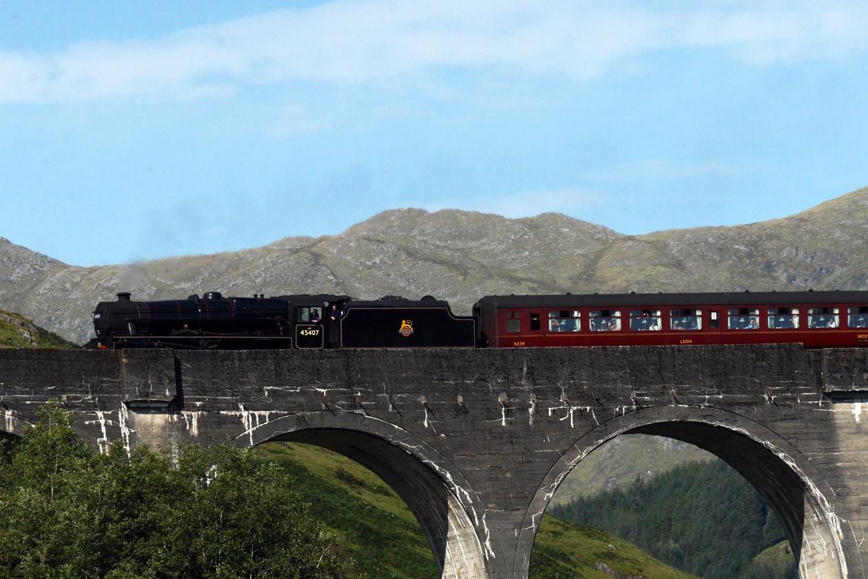 Der Jacobite Steam Tream, auch bekannt als Hogwarts Express, überquert das Glenfinnan Viaduct
