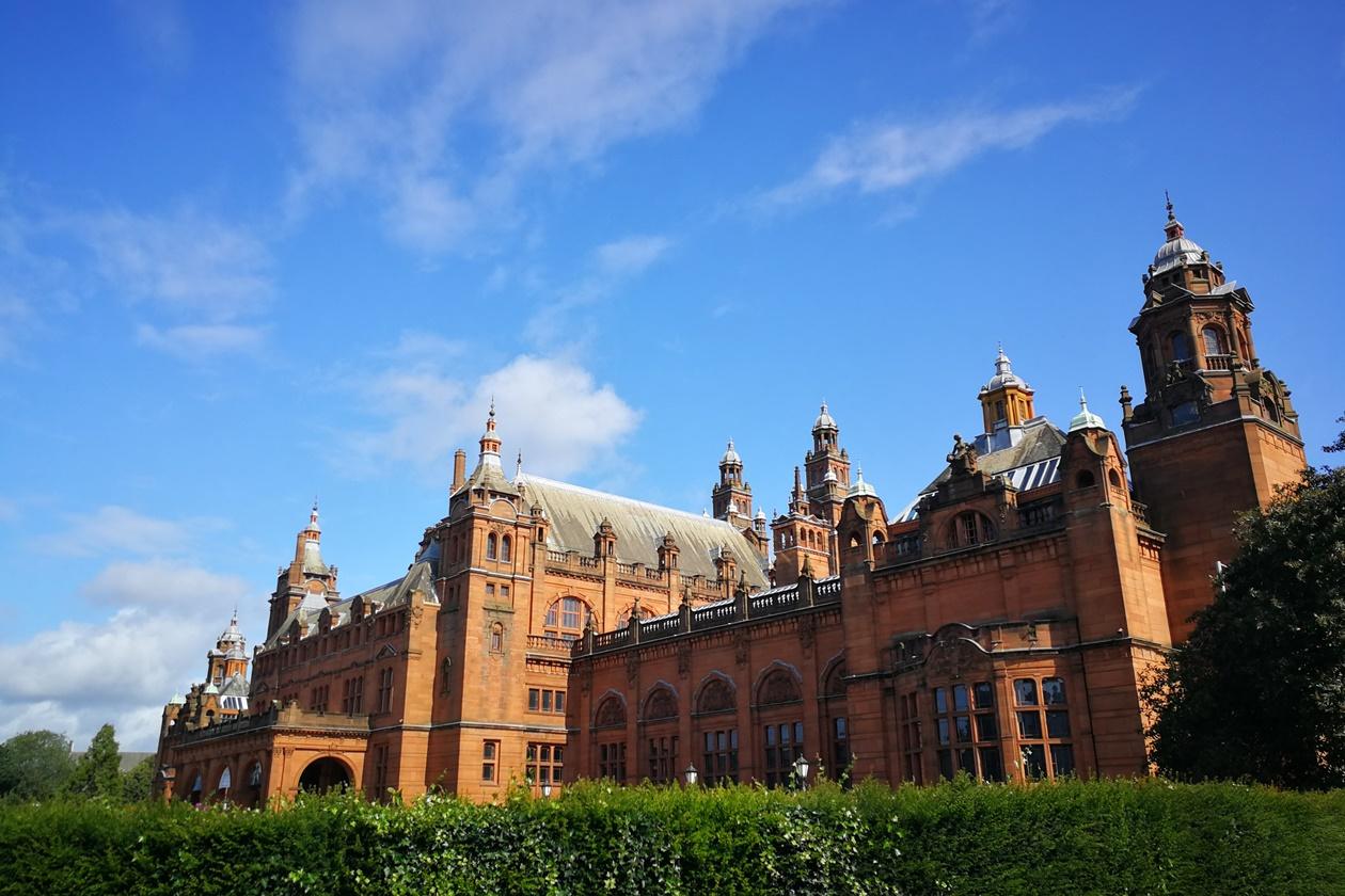 Gebäude der Kelvingrove Art Gallery in Glasgow bei strahlendem Sonnenschein