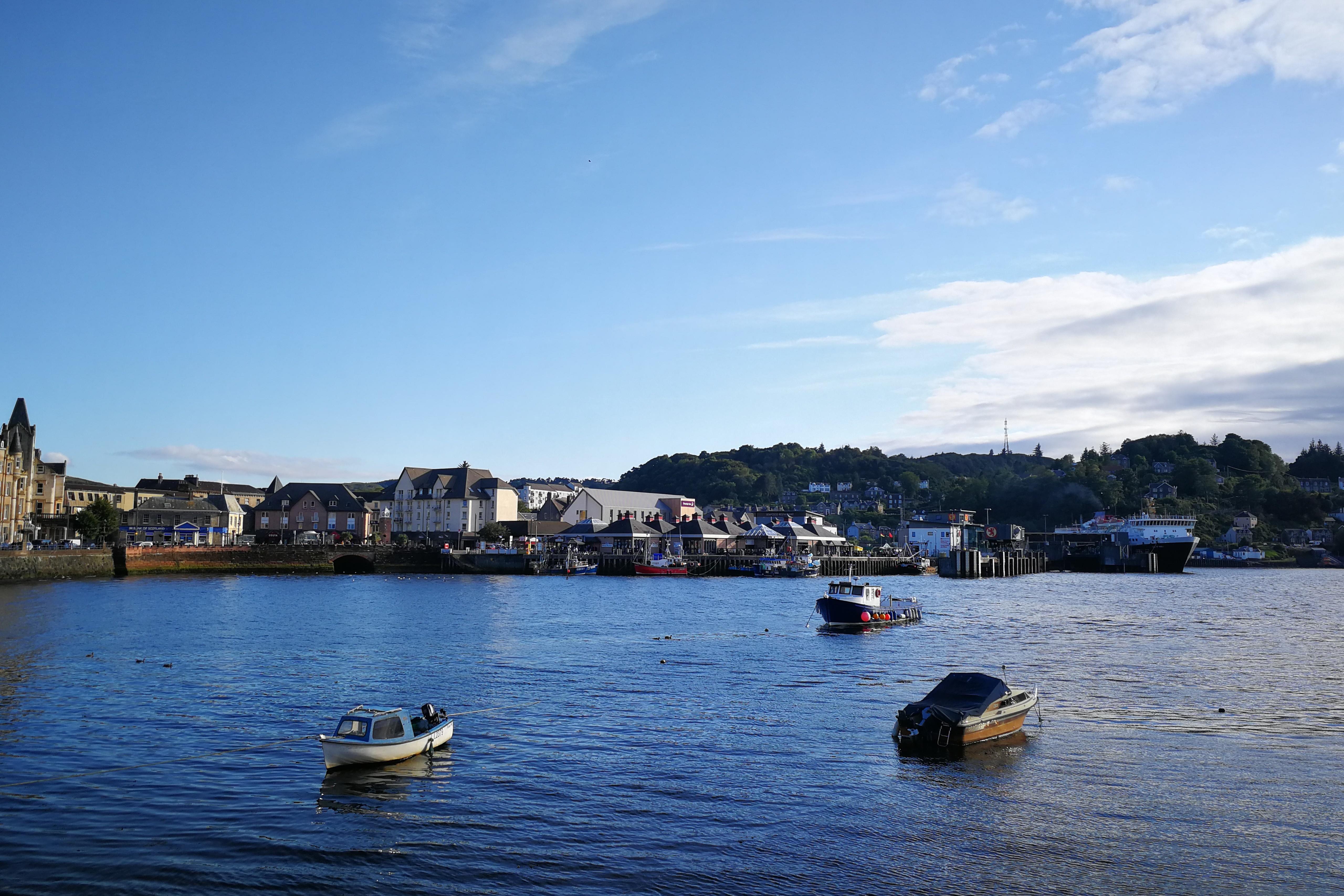 Bucht und Hafen von Oban mit blauem Himmel