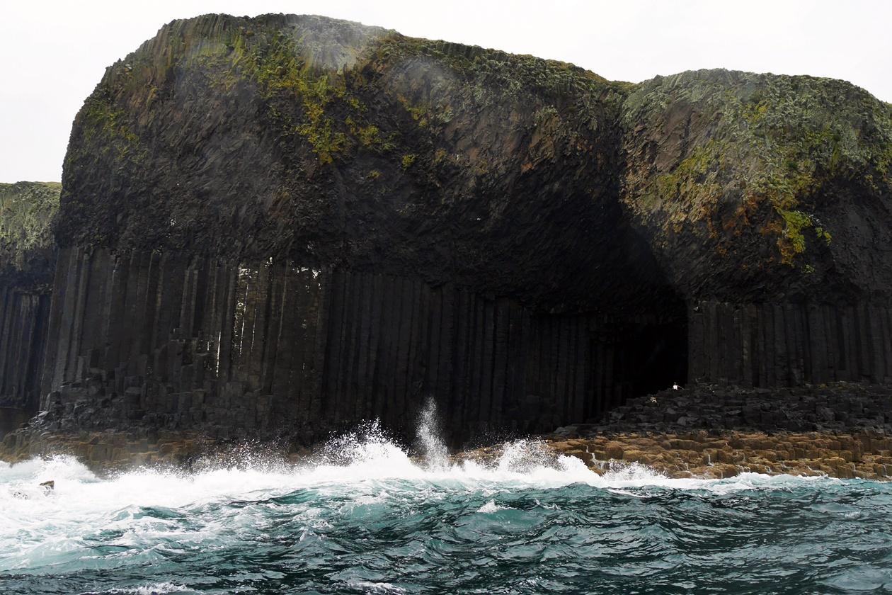 Die unbewohnte Basaltinsel Staffa an einem stürmischen Tag