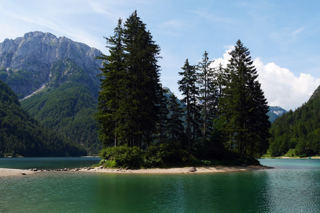 Der Gebirgssee Lago del Predil in Italien