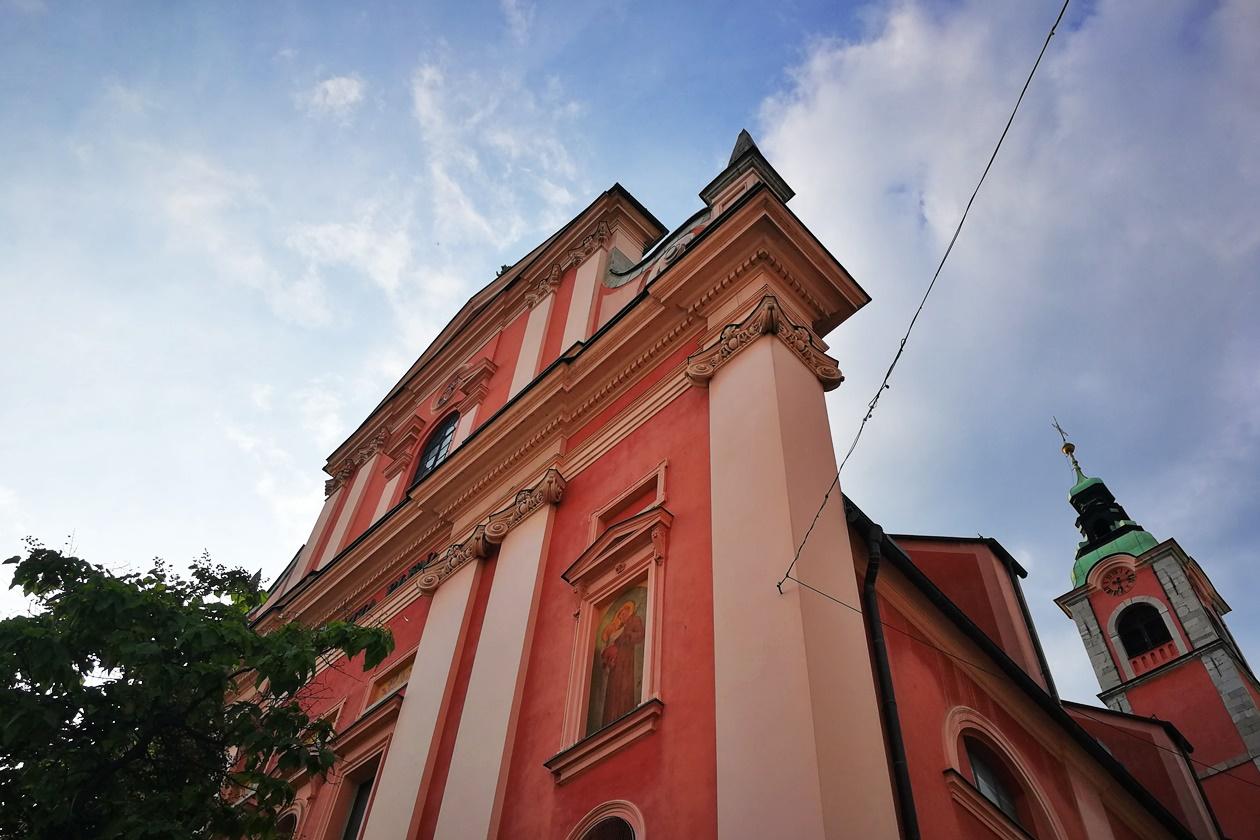 Die rosa Kirche von Ljubljana