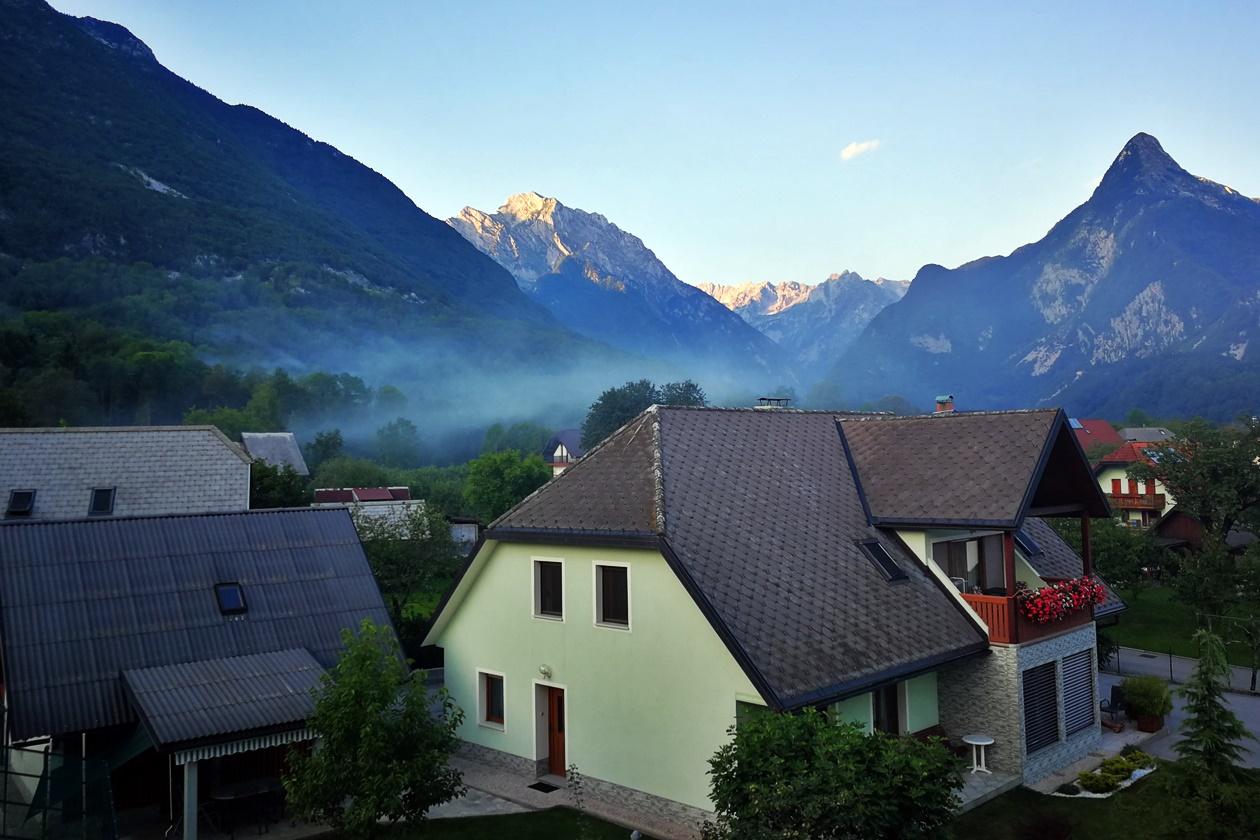 Blick auf Bovec von unserer Unterkunft auf unserer Unterkunft auf unserer 3 Wochen Slowenien Rundreise