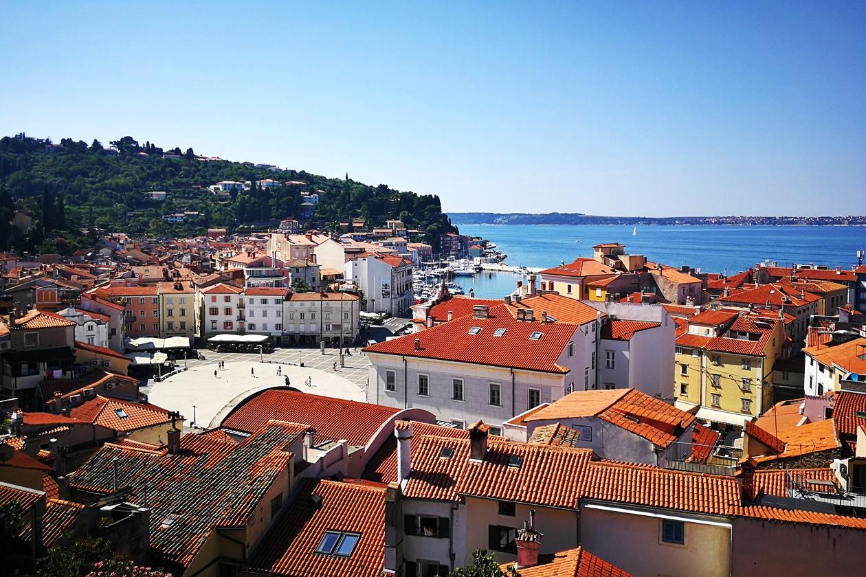 Blick auf die Altstadt von Piran mit dem Mittelmeer im Hintergrund
