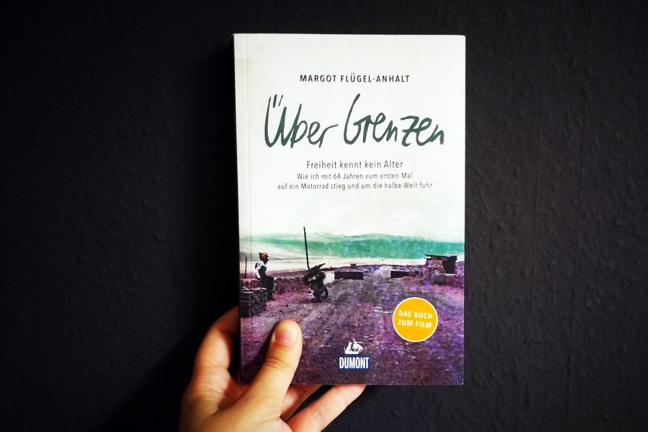 Hand hält das Buch Über Grenzen von Margot Flügel-Anhalt