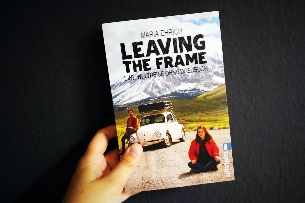 Hand hält das Buch Leaving the Frame von Maria Ehrich