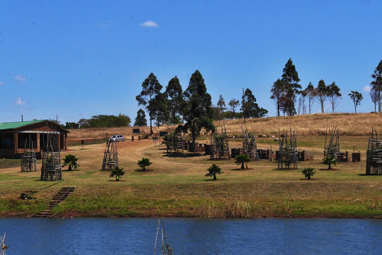 Das Außengelände mit Grillplätzen auf der Games Heaven Lodge in Blantyre