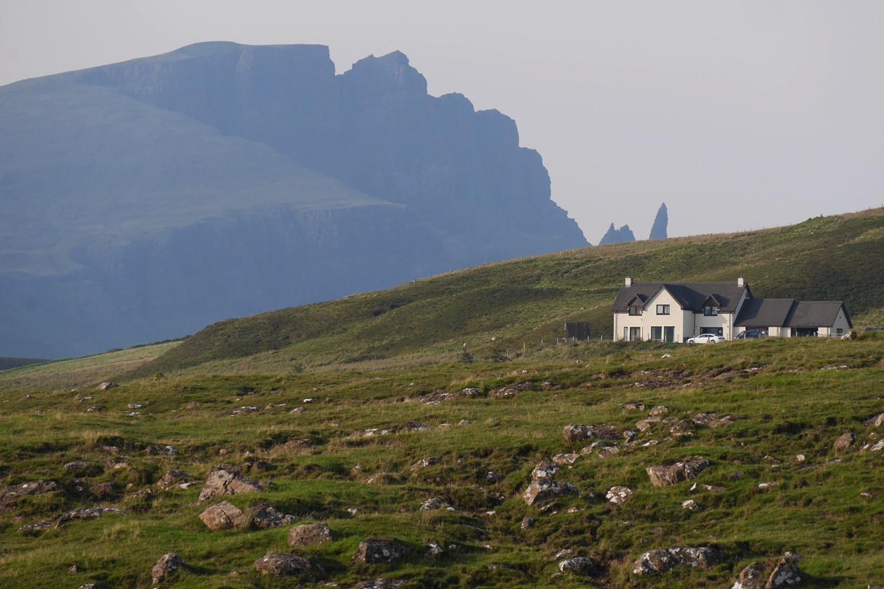 Haus auf der Isle of Skye mit dem Old Man of Storr im Hintergrund