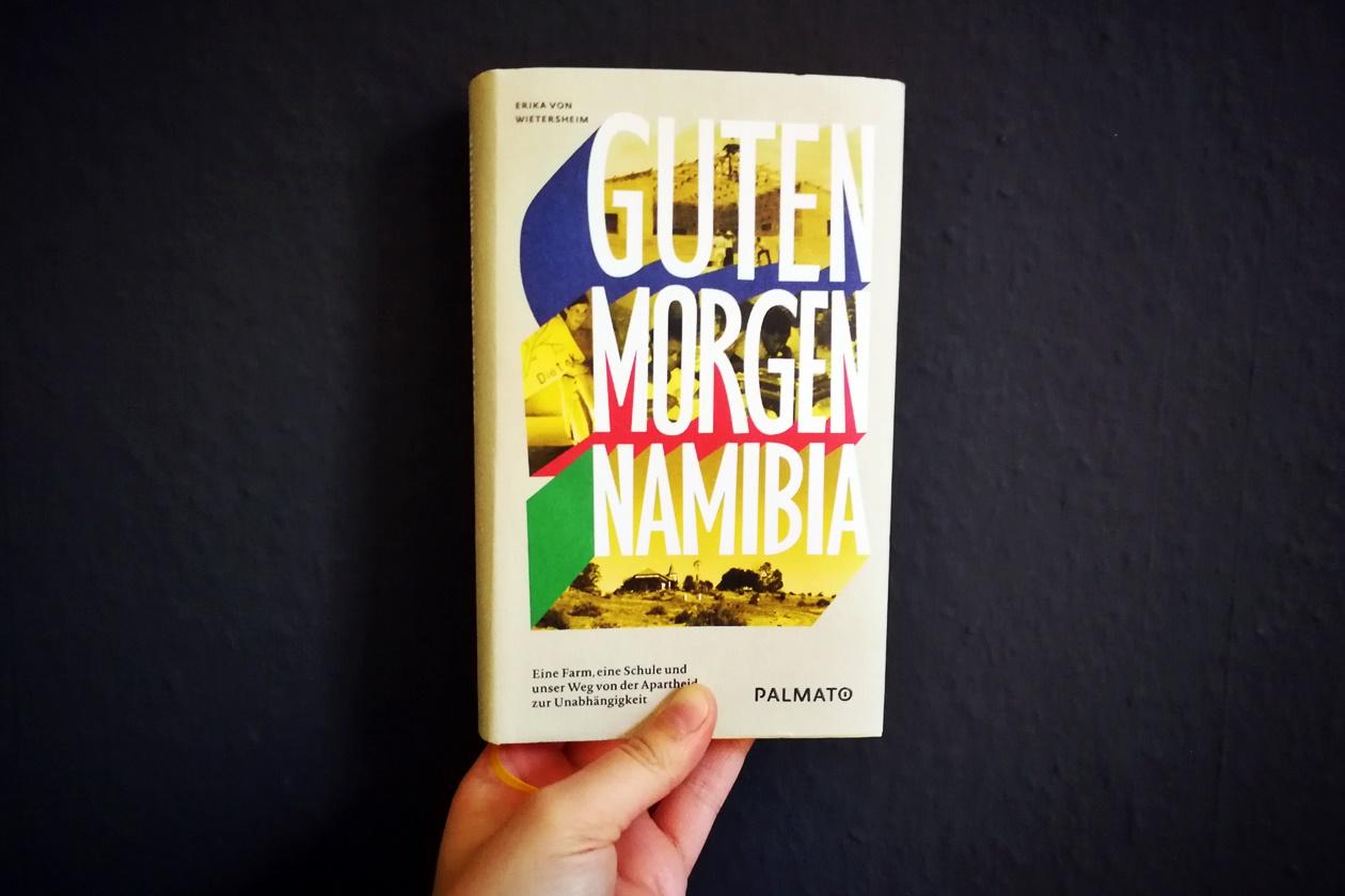 Hand die das Buch Guten Morgen Namibia hält