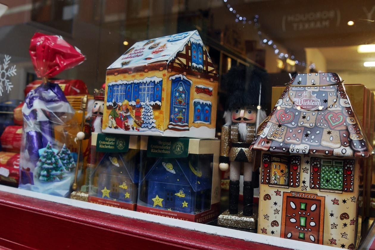 Zur Vorweihnachtszeit in London sind auch die Fenster der Geschäfte festlich dekoriert