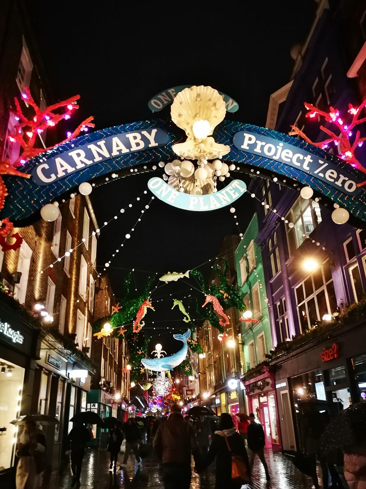 Zur Vorweihnachtszeit in London erstrahlt die Carnaby Street in zahlreichen Lichtern