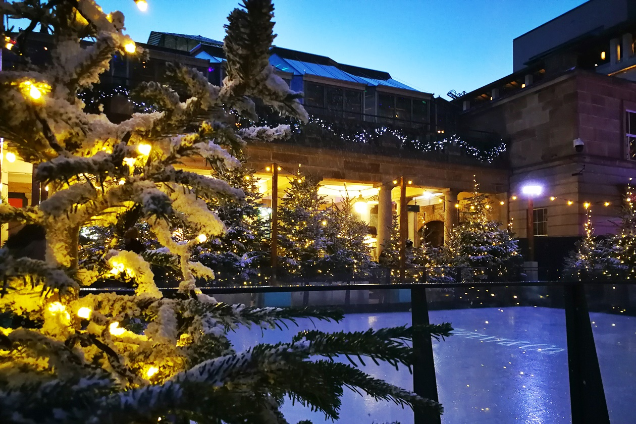 Zur Vorweihnachtszeit in London wird am Covent Garden eine Schlittschuhbahn aufgebaut