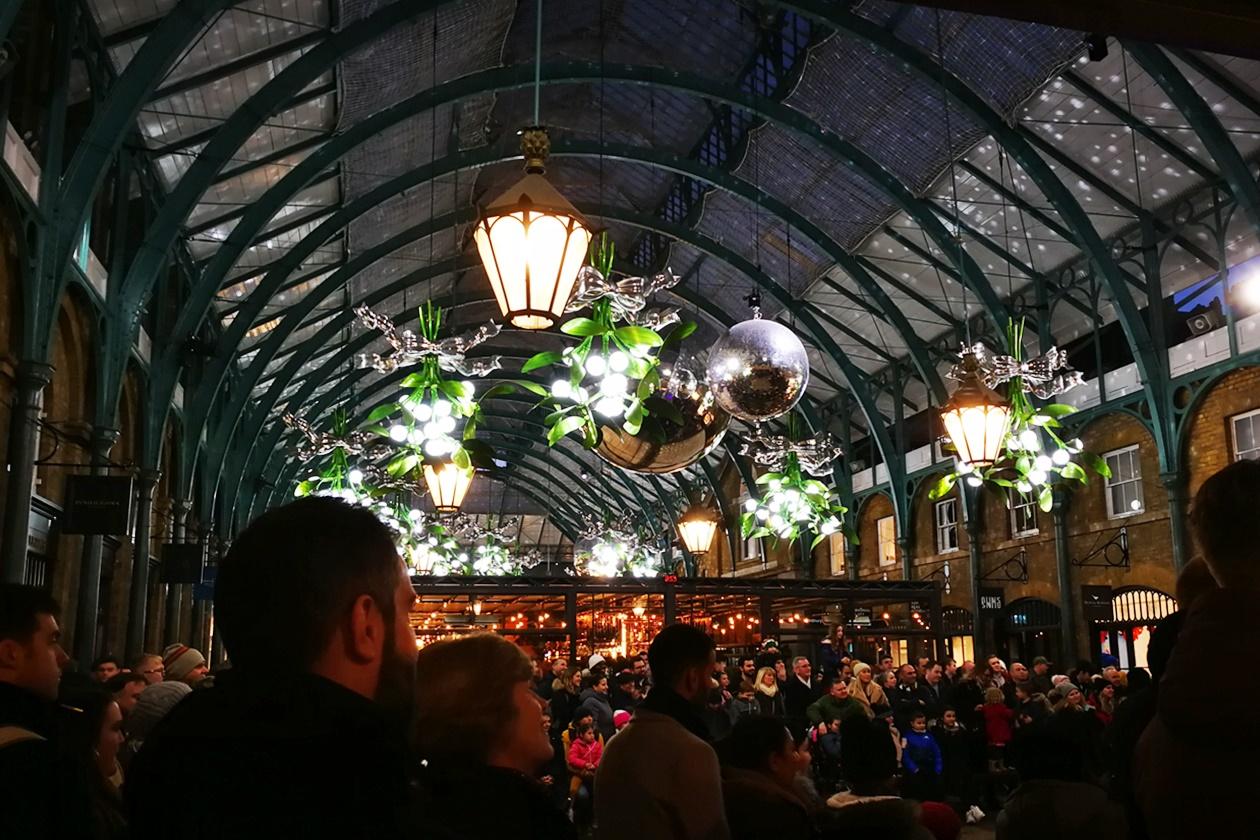 Gespannt schauen die Menschen, was die zahlreichen Künstlerinnen am Covent Garden zur Weihnachtszeit vorführen
