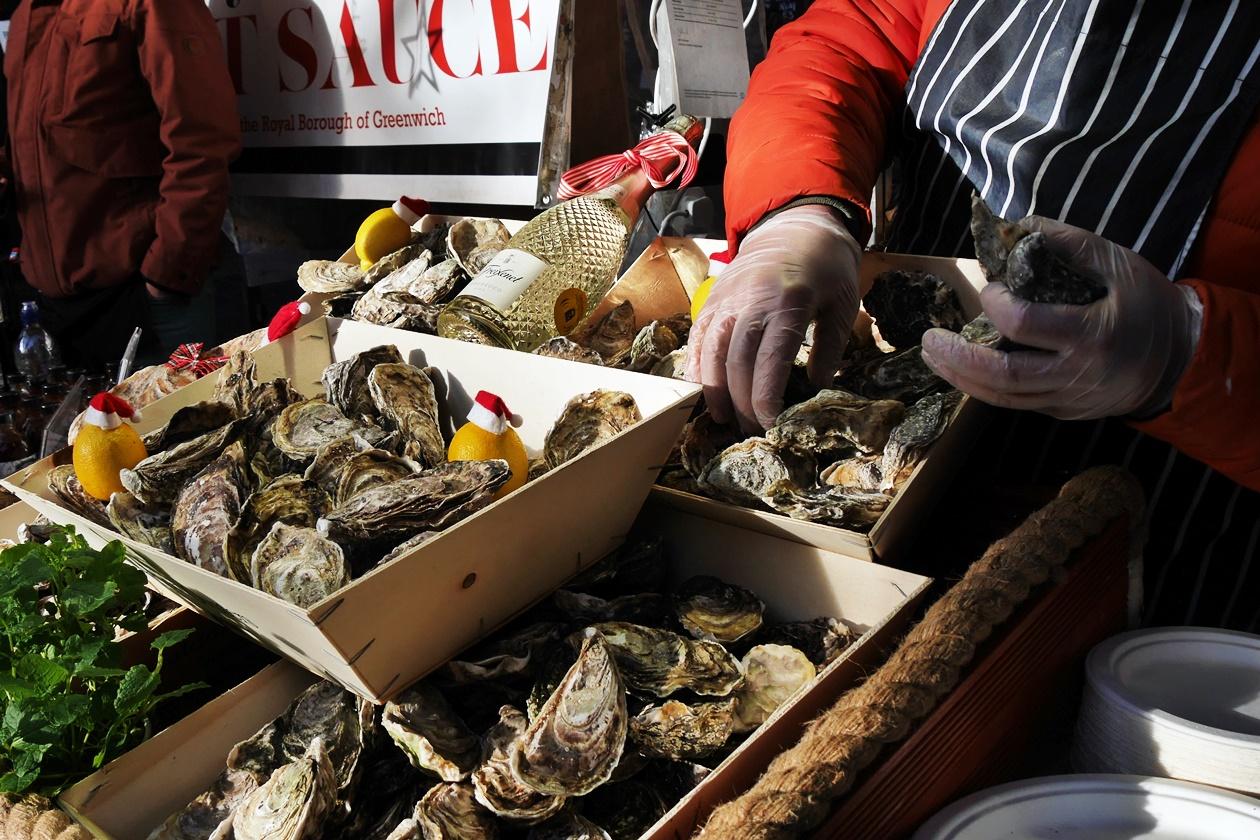 Auch der Austern Verkäufer hat seine Austern weihnachtlich dekoriert