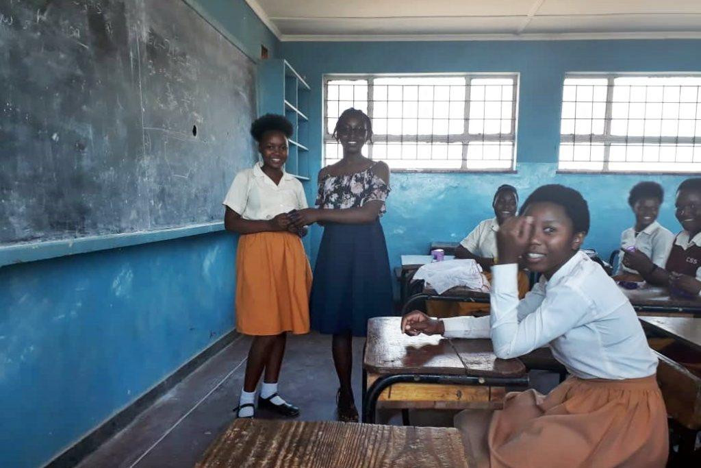 Übergabe der Menstruationstassen an der Chichiri Secondary School in Blantyre