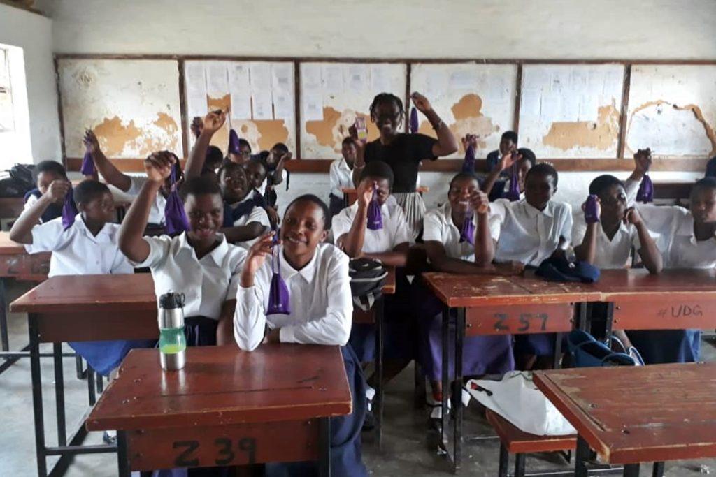 Schüler*innen der Stella Maris Secondary School in Blantyre Malawi, mit der ersten Rutsche der gespendeten Menstruationstassen