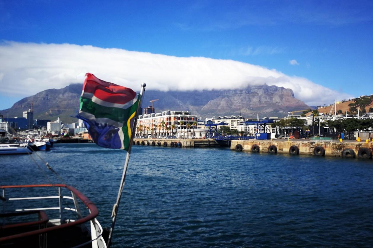 Corona in Südafrika Titelbild. Tafelberg mit Waterfront im Vordergrund