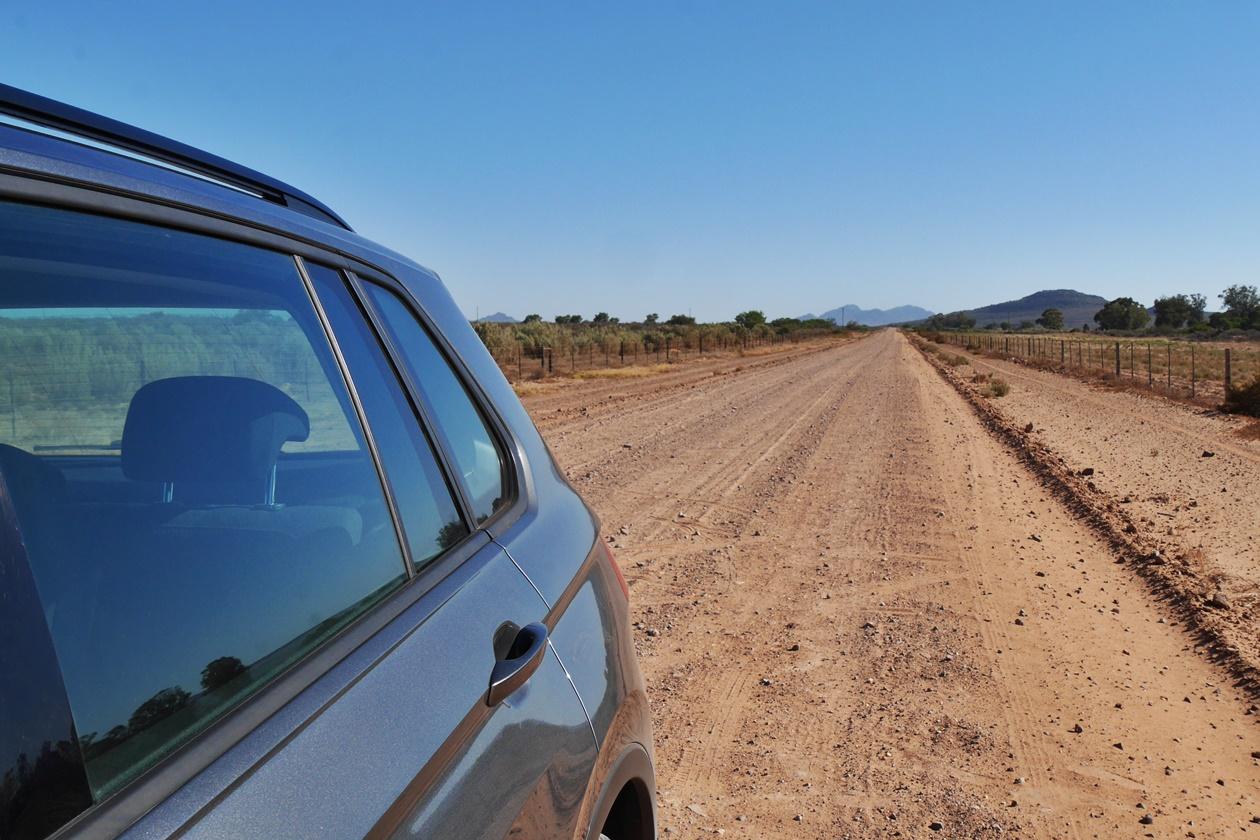 Staubige Straßen in Südafrika sind das Einsatzgebiet des Amolith Einschlagtuch für meine Kamera