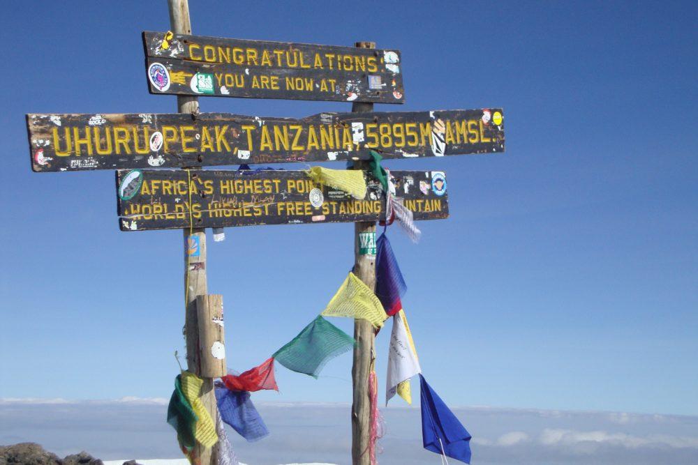 Spitze des Uhuru Peaks am Kilimanjaro