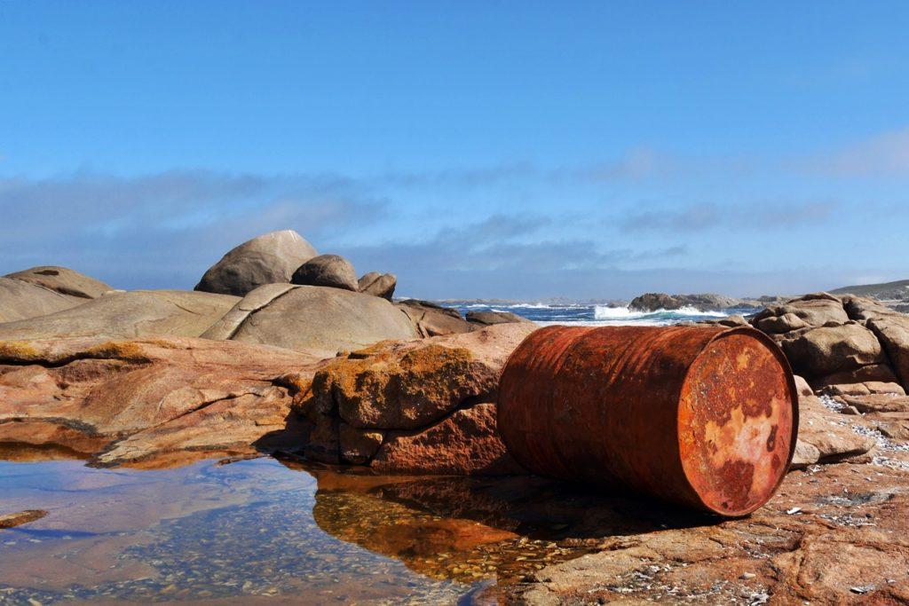 Ölfass spiegelt sich in einem Gezeitenpool im Cape Columbine Nature Reserve