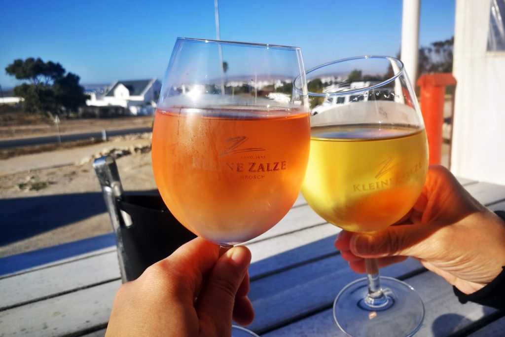 Mama und ich stoßen mit Wein auf unsere Reise an