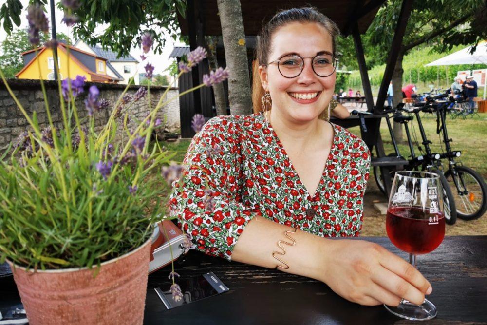 Lynn trinkt Wein in Freyburg (Unstrut)