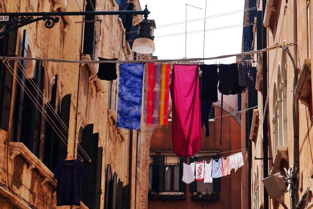 Wäsche die in luftiger Höhe zwischen den engen Gassen von Venedig gespannt ist.