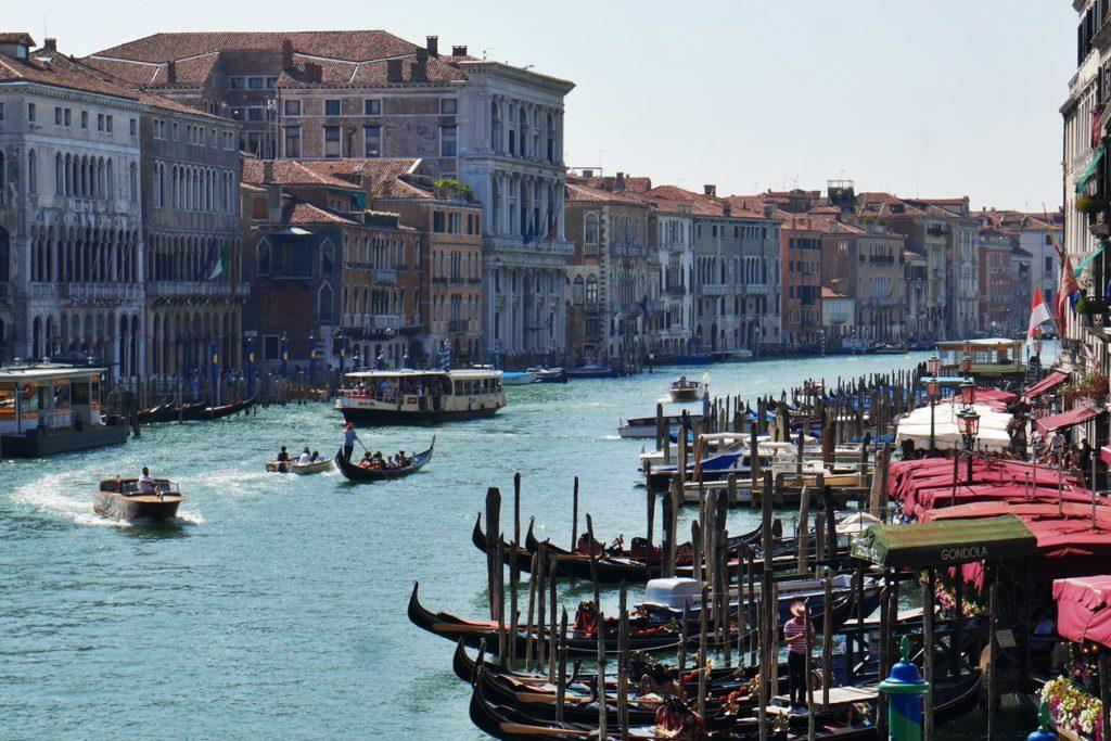 Geschäftiges Treiben auf dem Canal Grande in Venedig.