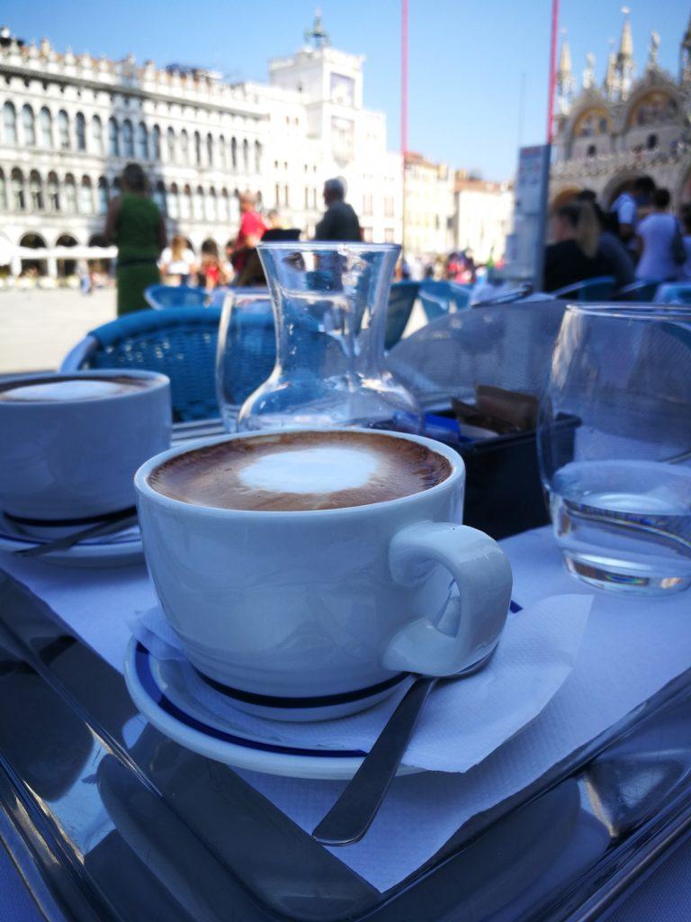 8€ Cappuccino auf dem Markusplatz in Venedig.