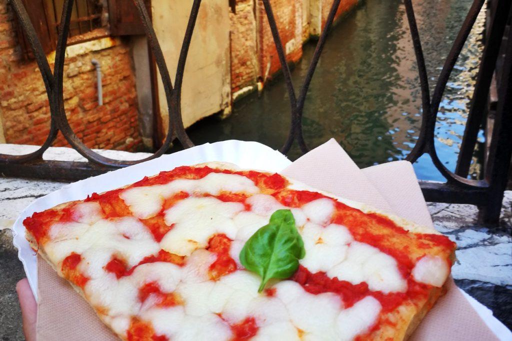 Ein Spartipp für Venedig ist außerhalb der Touristenströme zu essen.